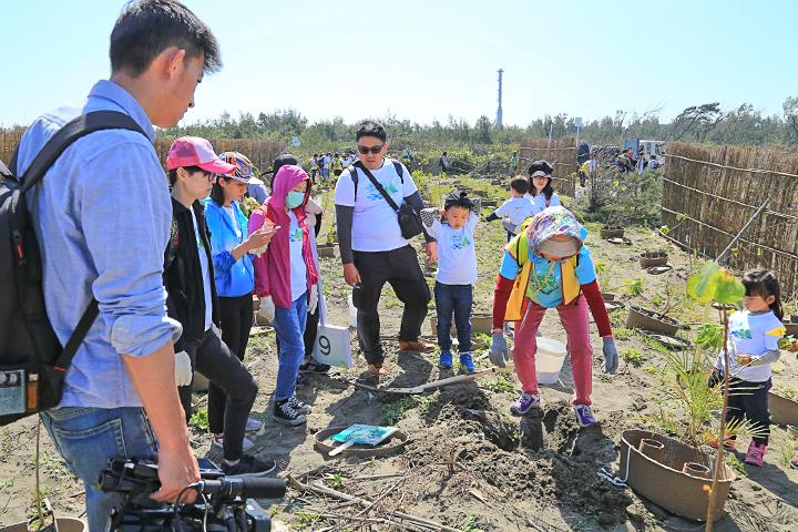 企業認養海岸種樹,號召員工親子一同響應,守護臺灣世代海岸線(桃園)