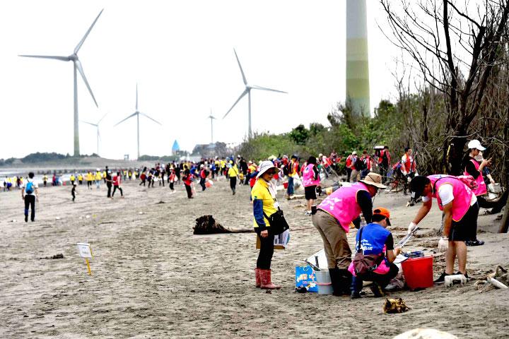 福智團體及17家企業團體於大安溫寮漁港舉辦淨灘
