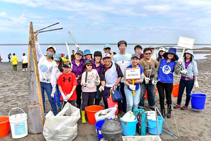 企業機構於大安溫寮漁港淨灘合影