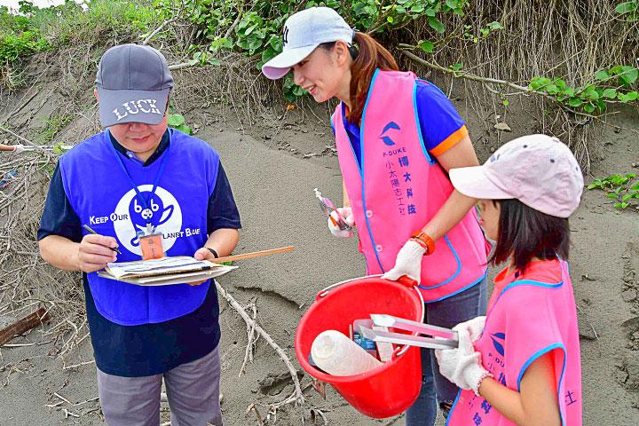 福智團體將大眾撿拾的海洋廢棄垃圾以國際淨灘行動(International Coastal Cleanup, ICC)紀錄表統計