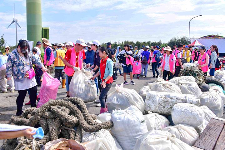 福智團體與17家企業團體總計淨除1,705公斤海洋廢棄垃圾