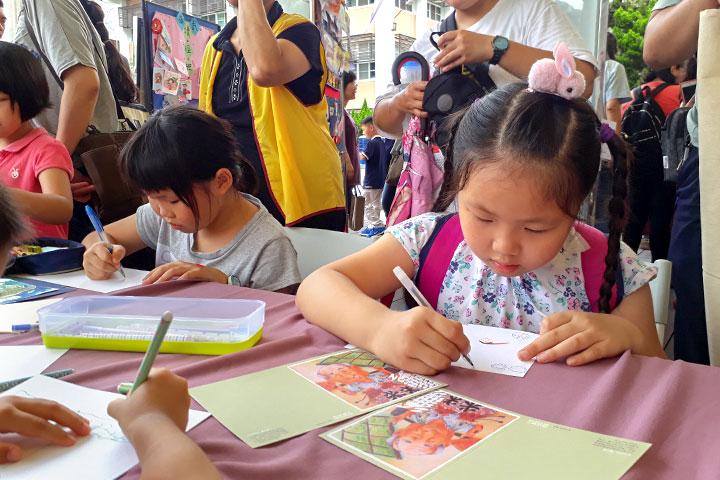 福智文教基金會2019「經典生活X五感體驗」活動「觀功念恩時光走廊」主題,將感念的父母恩情,親手繪製卡片、寄送卡片表達對父母及師長的恩情