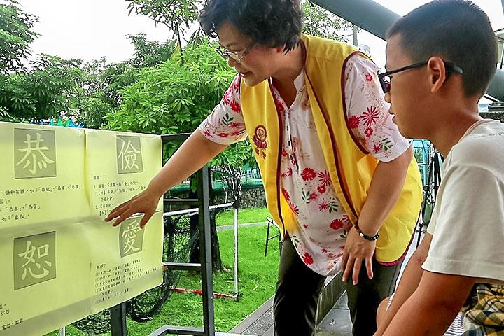 福智文教基金會2019「經典生活X五感體驗」活動規劃主題「文字的故事」站,透過現場文字解說,了解文字背後意義