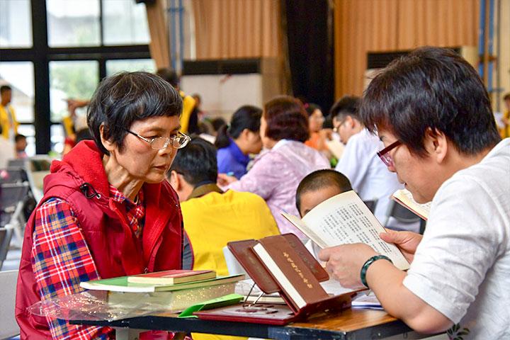 福智文教基金會舉辦「經典背誦繁星會考」長青組年紀70歲的呂李順理女士,背誦通過20,417字