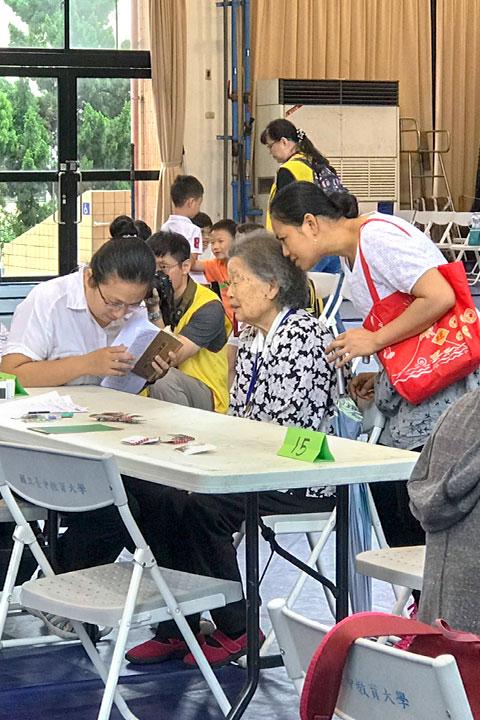 福智文教基金會舉辦「經典背誦繁星會考」高齡長青組年紀最長者為92歲的李劉聬阿嬤,背誦《入行論》第一品,雖然只通過100字,但精神勇氣可嘉
