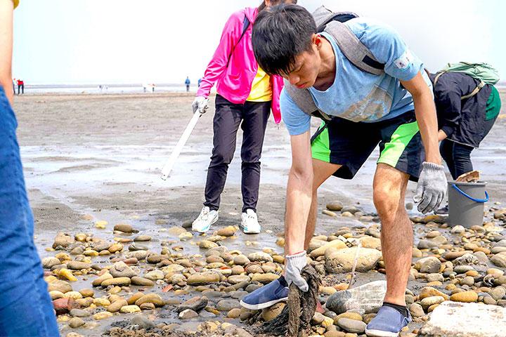 福智文教基金會、立達啟能訓練中心共同淨灘,用愛環抱海洋