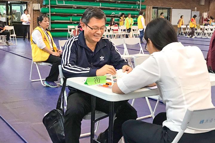 福智文教基金會舉辦「經典背誦繁星會考」,臺中市立人國中校長也報名參加,背誦通過8000多字,成為師生的楷模