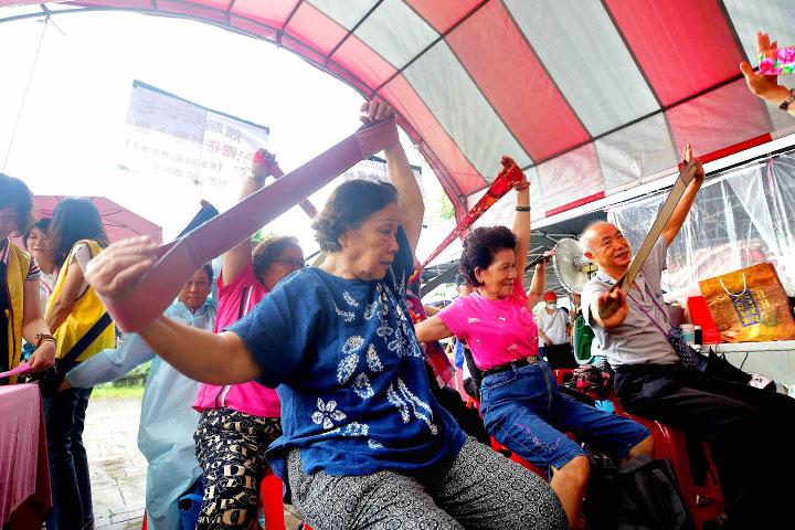 銀色幸福列車園遊會中長者參與體適能活動