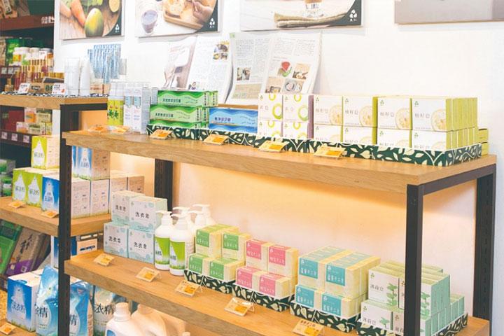 里仁清潔用品統一規格包裝,-並研發洗髮皂與沐浴皂,減少塑膠總用量