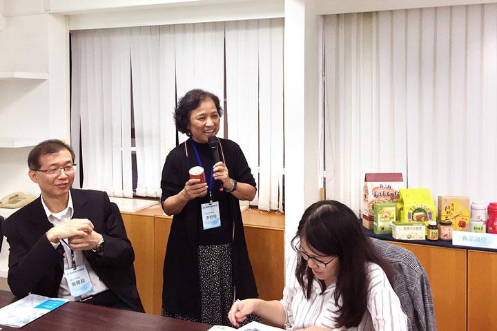里仁公司李妙玲總經理說明拿掉即食罐頭的塑膠上蓋後,對於運輸、商品上架陳列都是挑戰