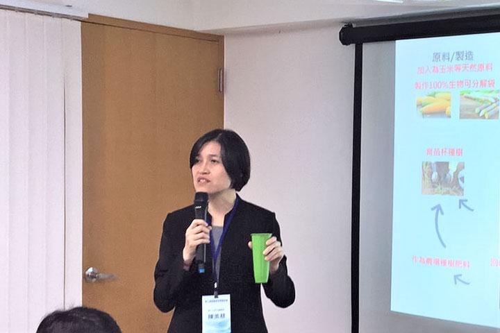 里仁行銷經理陳美慈說明可100_生物可分解袋回收系統與回收再生種苗杯