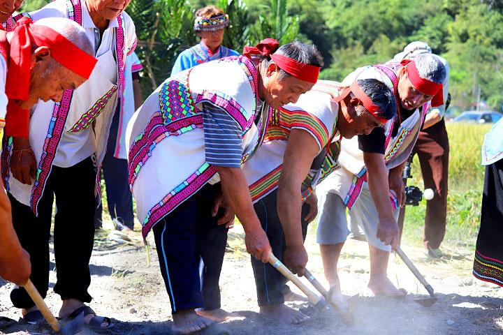 慈心「從瓦拉米到Malavi」成果展中,部落舉行播種祭儀式,邀集眾人之力,攜手於南安保種田中,種下期許生態永續、文化薪傳的種子