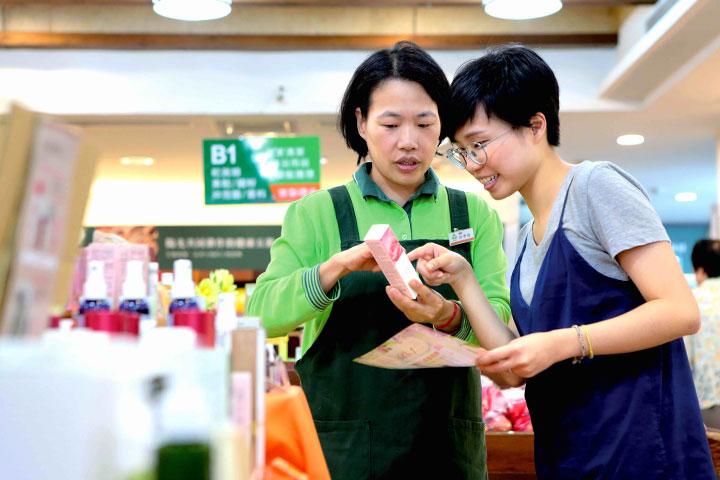 里仁於「誠信標示」與「理念教育推廣」上,根據商品的原料等級與產製條件進行標示分級,方便消費者選購參考,努力在生產者與消費者間建立互信基礎,形塑整體社會良善互助的力量