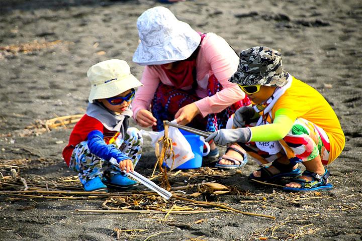 福智文教基金會舉辦「用愛懷抱海洋家庭淨灘日」