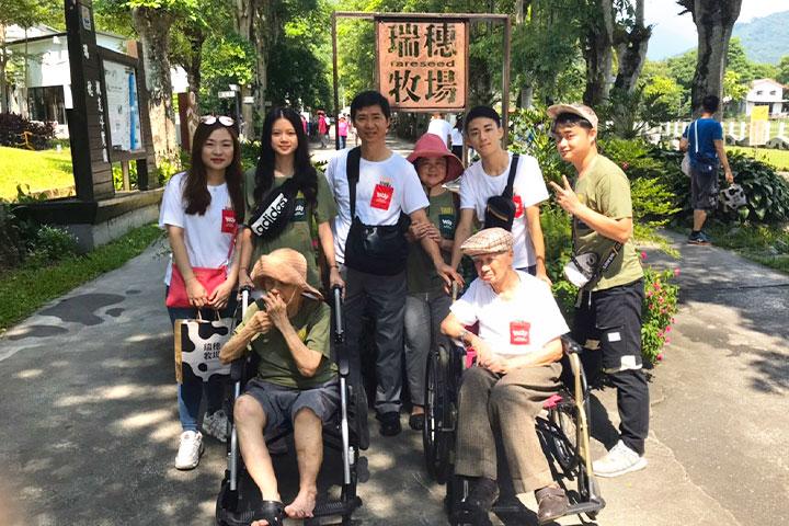 讀大學的張齊顯同學(右一)照顧失智和退化的阿公阿嬤,並完成父母想全家出遊的心願