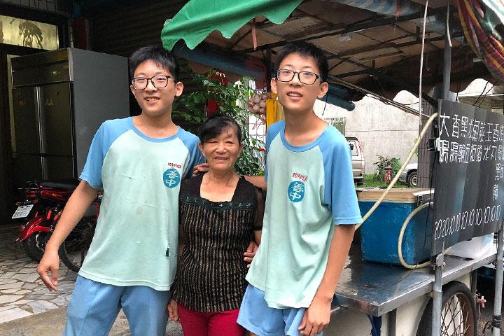 就讀國中的孿生兄弟林一丞、林一竹,懂得珍惜感恩養育他們的阿嬤。