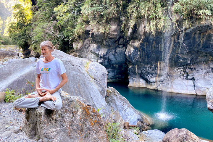 太魯閣國家公園—融入大自然做瑜珈。(圖片來源/慈心有機農業發展基金會)