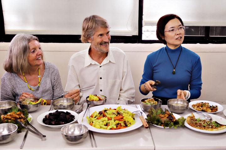 博士覺得台灣蔬食很美味,其中,菱角是在國外很少見的一道菜。(圖片來源/慈心有機農業發展基金會)