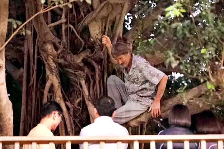 在福智教育園區跟同學一起下田、爬樹。(圖片來源/慈心有機農業發展基金會)