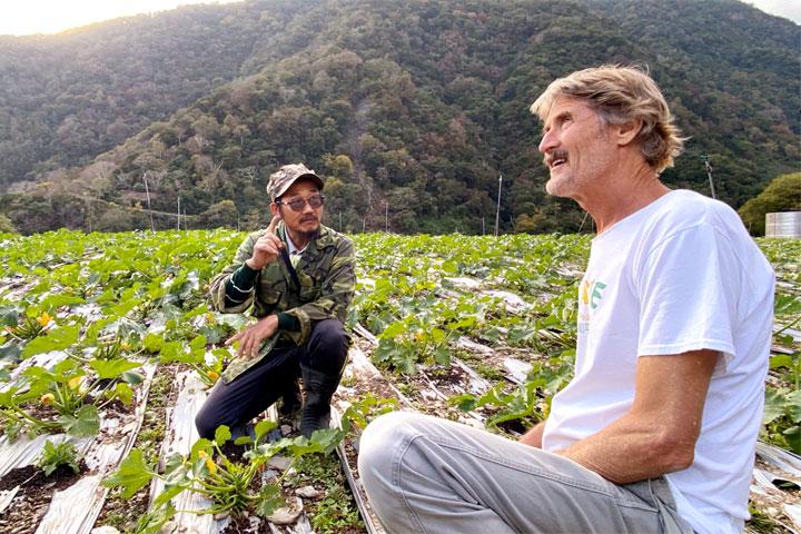 慈心基金會輔導的西寶農場農友與塔托博士分享,如何在轉作有機的過程中學習與其他動物和諧共存