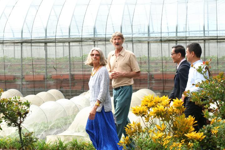 塔托博士參訪由福智團體長期陪伴支持的向日有機農場