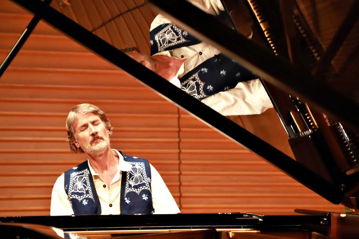 塔托博士應慈心基金會邀請來臺舉辦兩場音樂演講會,演奏多首傳遞對身旁動物關愛的原創鋼琴曲,並為大家獻上新年祝福-覺醒,吃蔬食,一起療癒世界創造和平