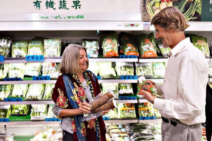 看到里仁門市裡上千種的蔬食選擇,塔托博士表示有131家門市的里仁應該是全球最大的有機蔬食通路