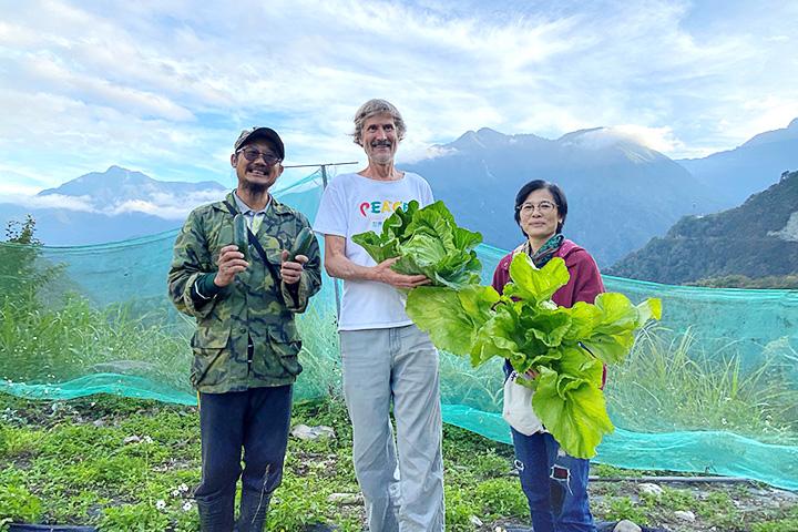 塔托博士參訪慈心基金會輔導的西寶農場,肯定有機農業是實踐和平飲食理念的重要關鍵之一