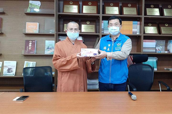 福智僧團捐贈斗六市扶助弱勢物資,由斗六市長林聖爵代表接受