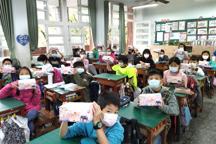 福智團體特別致贈吉祥禮盒給雲林縣7所推動有機蔬食的校園