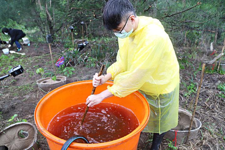 慈心基金會在種樹時施用創新研發的「樹博士有益菌」,提供小樹苗對抗土壤劣化的成長營養,大幅提升海岸樹苗存活率。