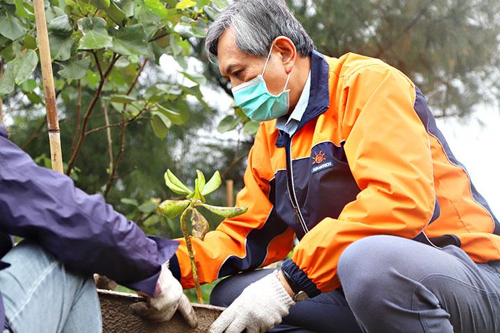 響應世界地球日,慈心基金會董事長賴錫源等福智團體高階幹部及主管們,一同種下樹苗守護臺灣海岸。