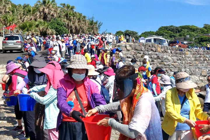尊重生命、珍愛環境,福智與政府舉辦守護海洋放流活動