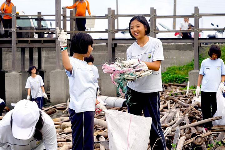 慈心基金會「善合一福氣包」支持校園減塑教育,讓地球公民素養自教育扎根,圖為學生將所學理念化為行動,參與台西海岸淨灘