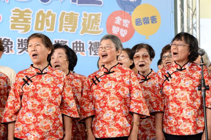 「福智千歲合唱團」獻唱開場,年長者也有青春與活力!