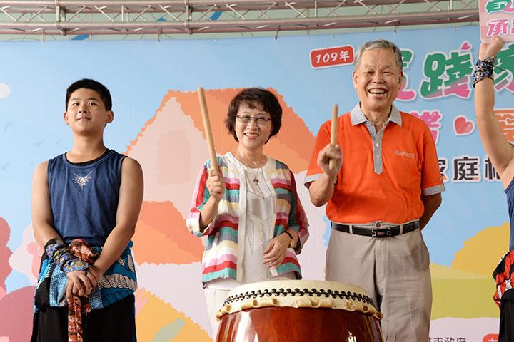 高雄市府副秘書長林淑娟、福智文教基金會代表,以擊鼓宣示活動開始