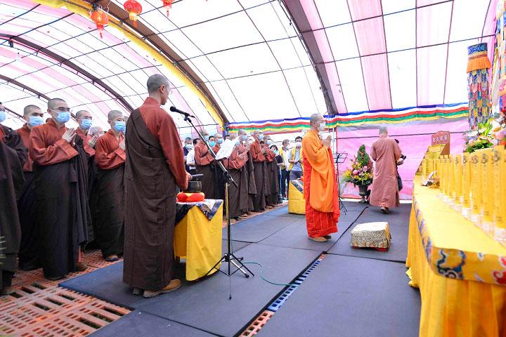 福智僧團引領民眾誦經祈福
