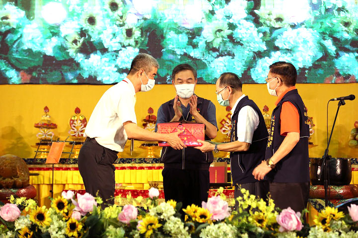 福智佛教基金會執行長胡克勤代表福智團體捐贈社會局物資予副局長陳坤皇
