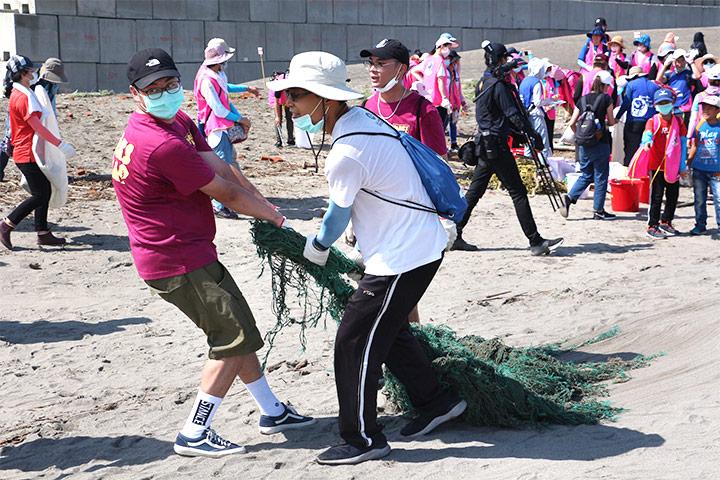 福智與政府、企業界攜手舉辦「2020 用愛環抱海洋 Big Blue 淨灘總動員」