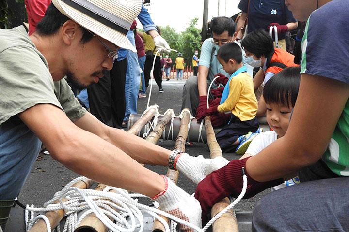 人工浮島實作體驗,大家一起綁竹子與浮筒,為動物打造棲息地