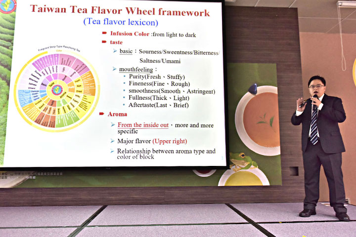 行政院農委會茶業改良場2020推出「中英日三語臺灣特色茶風味輪」(圖為茶改場黃宣翰助理研究員)