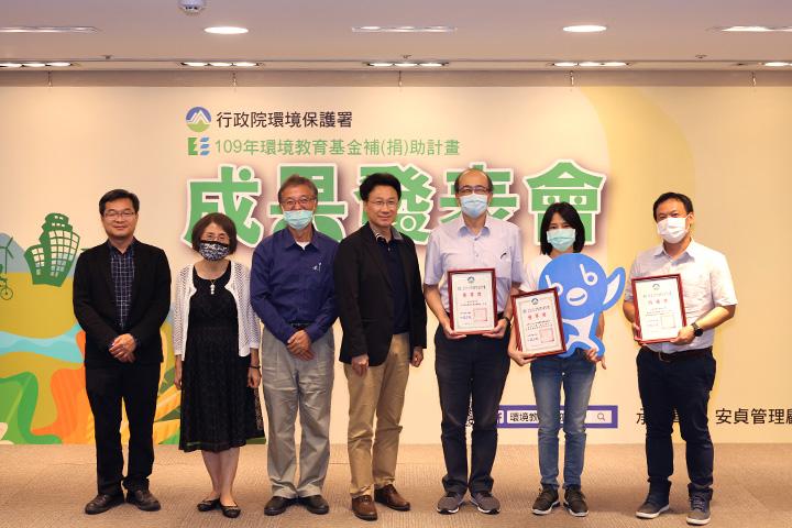 環保署綜合計畫處處長劉宗勇 (中) 與參加「109年上半年環境節日及其他環境教育相關活動計畫」的各計畫代表合影