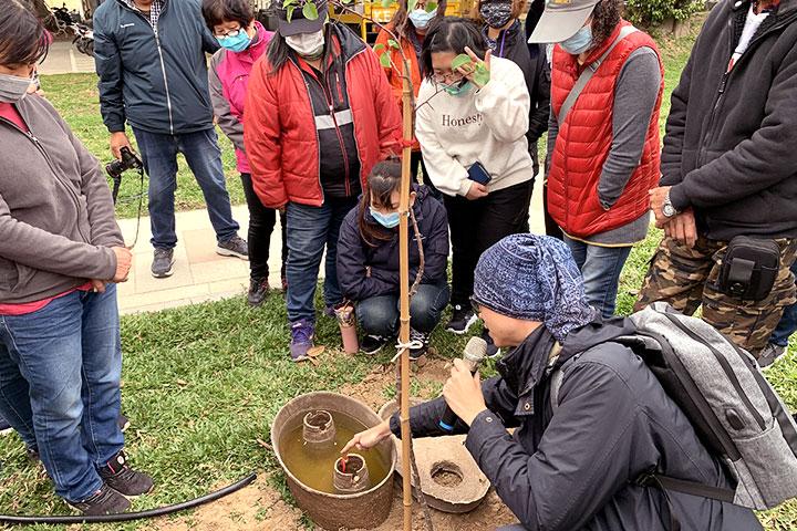 慈心基金會丁玉峰專員對金門林務所工作人員示範水寶盆種樹