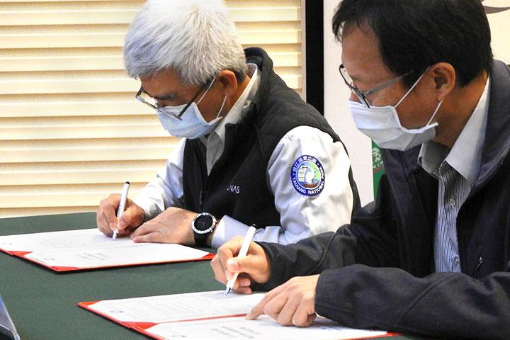 台江國家公園管理處處長謝偉松(左) 、慈心基金會執行長蘇慕容(右),共同簽署「台江國家公園網仔寮汕植樹造林合作備忘錄」