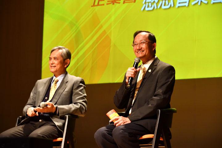 慈心有機農業發展基金會董事長賴錫源(左)、福智文教基金會執行長郭基瑞(右),分享日常老和尚對黃背心義工的期勉