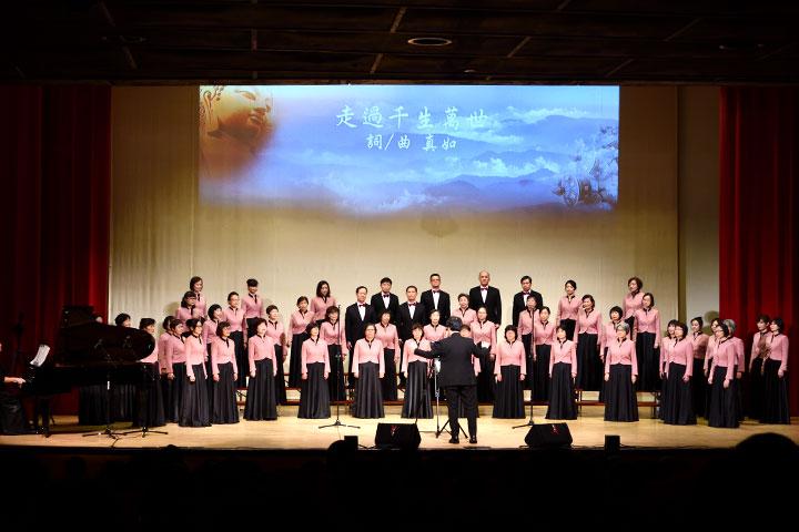 知音讚頌合唱團盛裝參與福智文教基金會的感恩音樂會,演唱真如老師創作的多首讚頌
