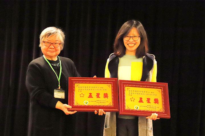 慈心有機農業發展基金會淨源茶場GABA茶獲五星獎肯定,由台灣茶協會創會理事長區少梅(左)頒獎,淨源茶場場長陳儷芳(右)代表領獎