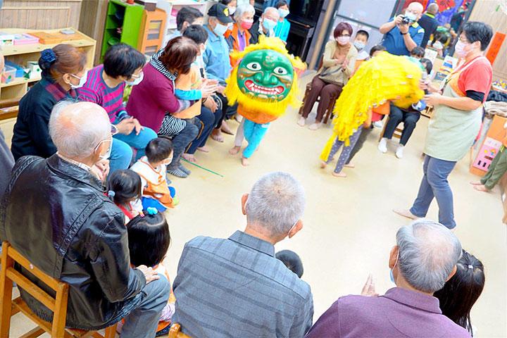 福智慈善2021「祖孫共融新春活動」中,妙慧小朋友表演小小舞獅給長輩們看
