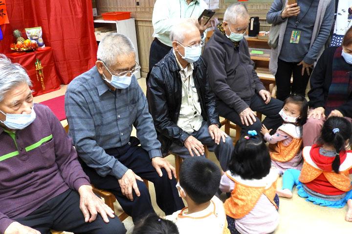 福智慈善2021「祖孫共融新春活動」中,長輩們和妙慧小朋友相互關懷、學習