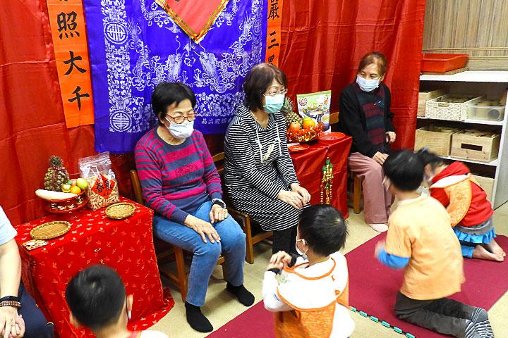 福智慈善2021「祖孫共融新春活動」中,妙慧小朋友向長輩們拜年、說吉祥話